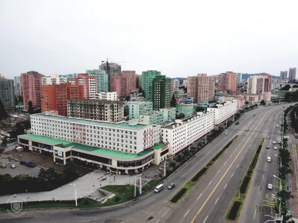 Kelionė į Šiaurės Korėją. Užmaskuoti traktoriai vežiojantys ginklus, raketos vaikų darželyje ir moliuskų receptas su benzinu