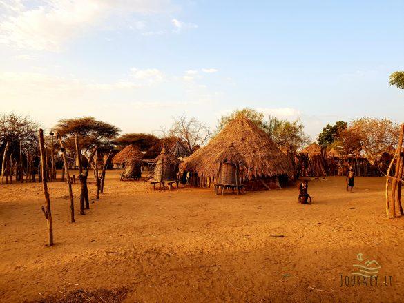 Kelionė į Etiopiją. Hamar genties vyrai, šokinėjantys per jaučius ir lupantys moteris. Vakarėlis Karo gentyje